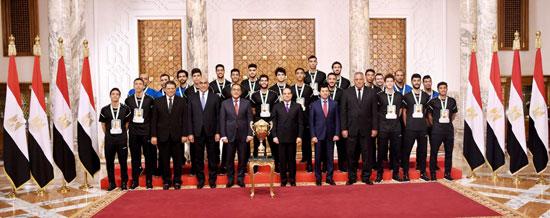 السيسى يستقبل منتخب شباب اليد بقصر الرئاسة (4)