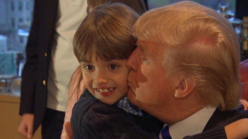 ترامب يقبل أحد أحفاده