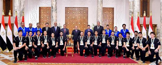 السيسى يستقبل منتخب شباب اليد بقصر الرئاسة (1)