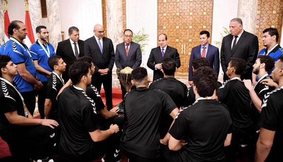 السيسى يستقبل منتخب شباب اليد بقصر الرئاسة (7)