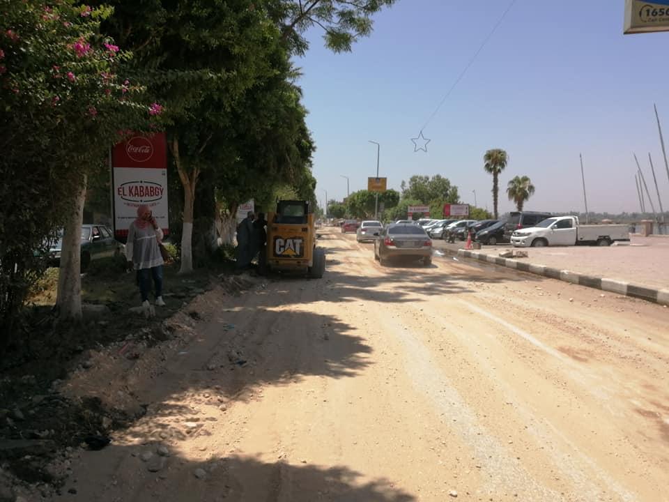مدينة الأقصر تنطلق في أعمال رمي التربة الزلطية بالمرحلة الثالثة من تجديد وتطوير كورنيش النيل (7)