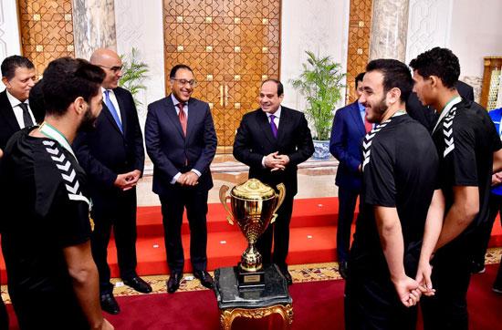 السيسى يستقبل منتخب شباب اليد بقصر الرئاسة (2)