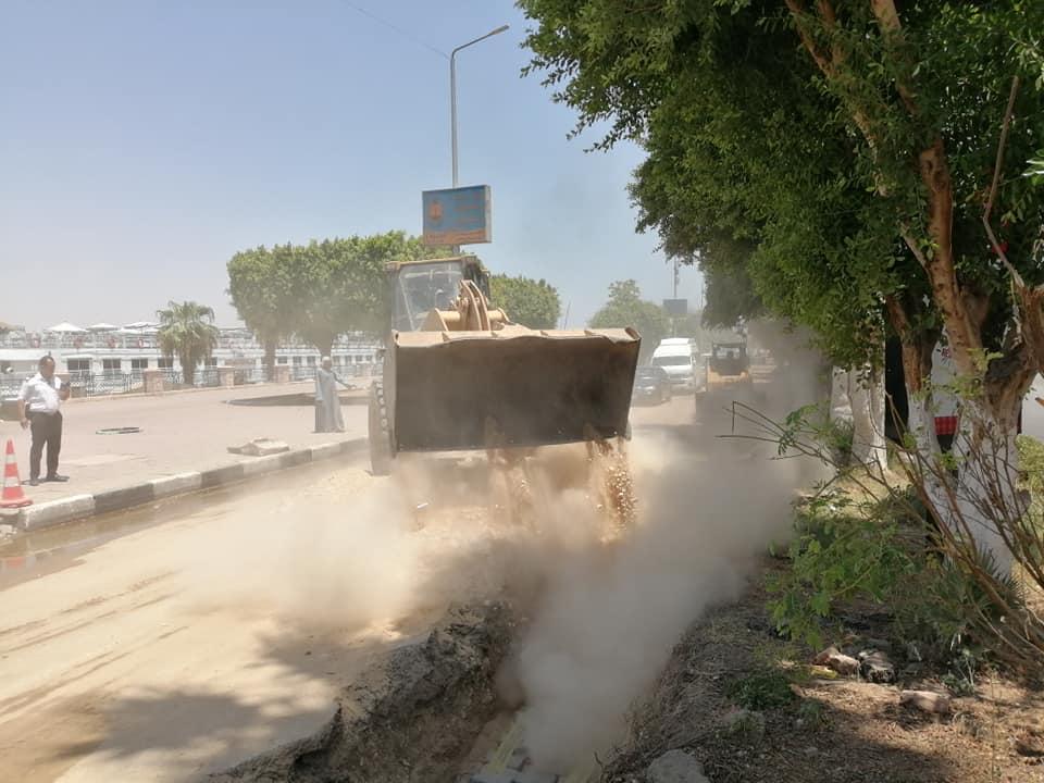 مدينة الأقصر تنطلق في أعمال رمي التربة الزلطية بالمرحلة الثالثة من تجديد وتطوير كورنيش النيل (3)