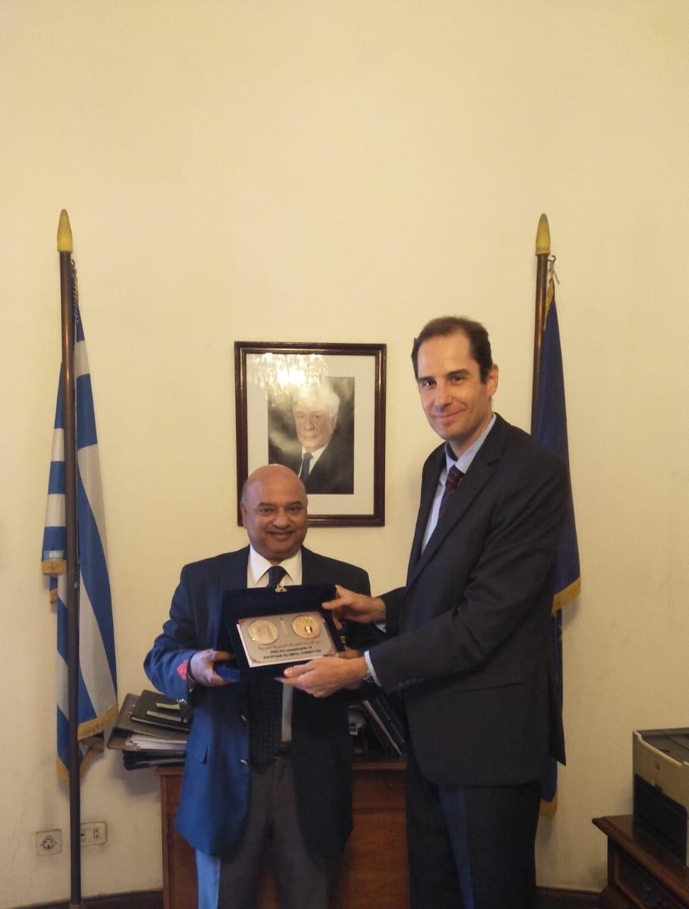 علاء مصطفى يهدى الدرع الى القنصل