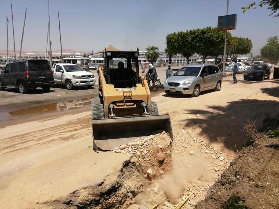 مدينة الأقصر تنطلق في أعمال رمي التربة الزلطية بالمرحلة الثالثة من تجديد وتطوير كورنيش النيل (4)