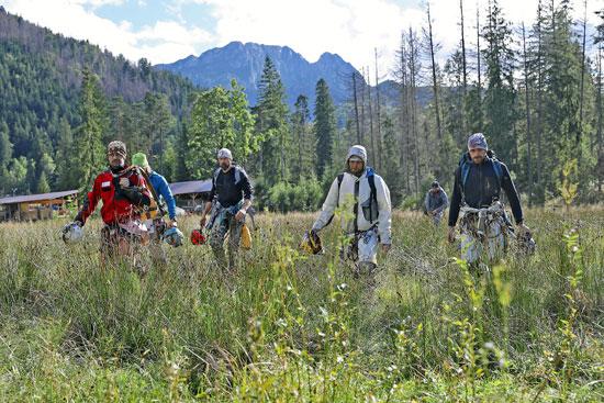 رجال الانقاذ فى طريقهم للكهف