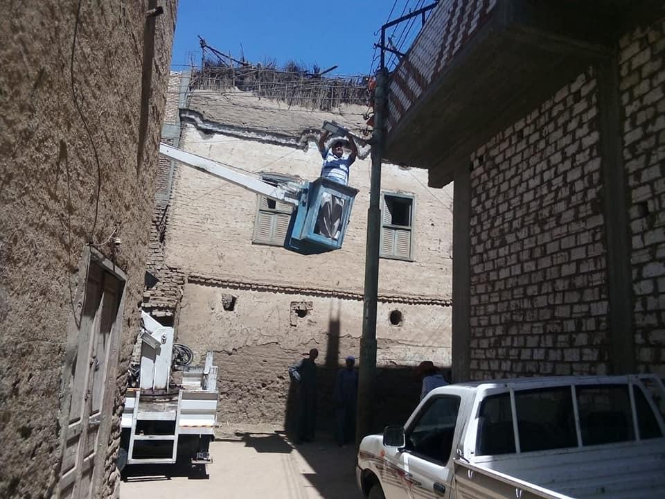 تركيب 28 كشاف لأعمدة الإنارة في قريتي منشية النوبة والعديسات قبلي شرقي الأقصر (4)