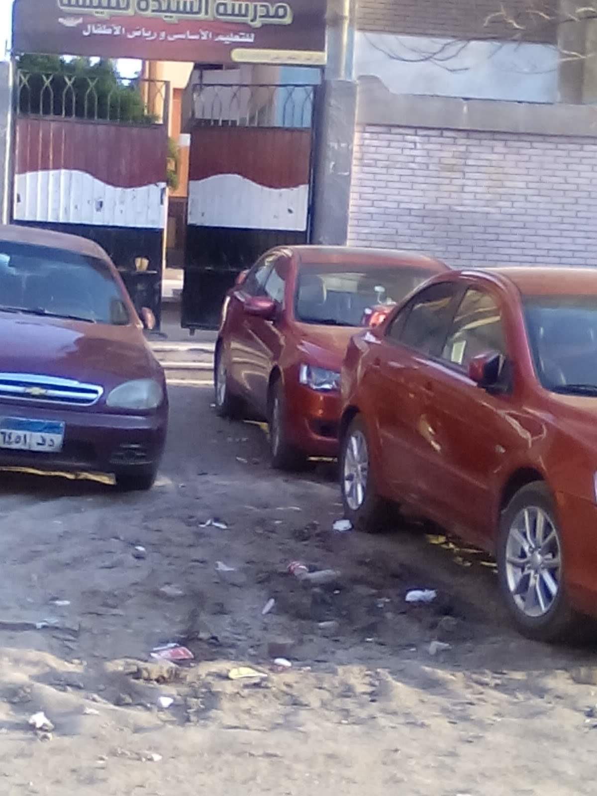 السيارات أمام سور المدرسة  (2)