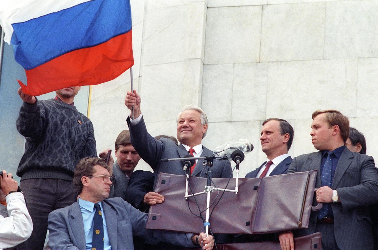رفع العلم الروسى خلال محاولة الانقلاب