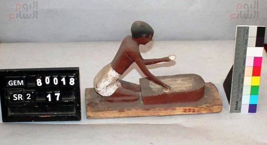 مجموعة من التماثيل المصنوعة من الخشب الملون  (2)