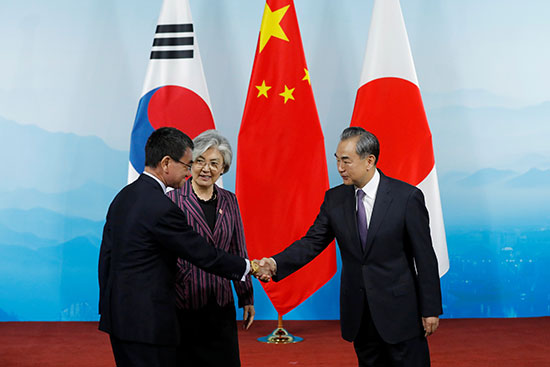 وزير خارجية اليابان يصافح نظيره الصينى