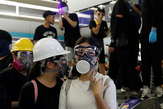 المحتجون فى محطة لونج لونج بهونج كونج
