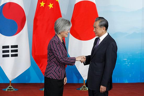 وزير الخارجية الصينى يصافح نظيرته الكورية الجنوبية