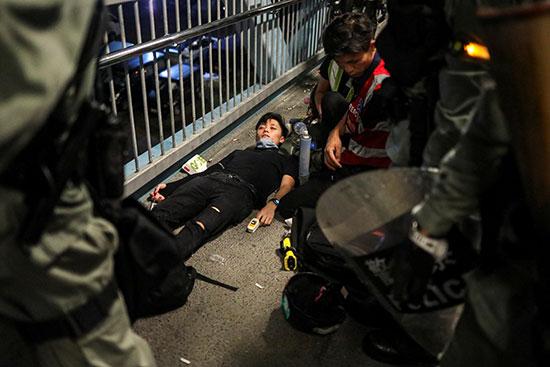 بعض المحتجين يحاولون اسعاف زميلهم