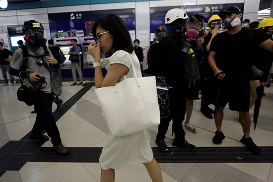 امرأة تسير وسط المحتجين