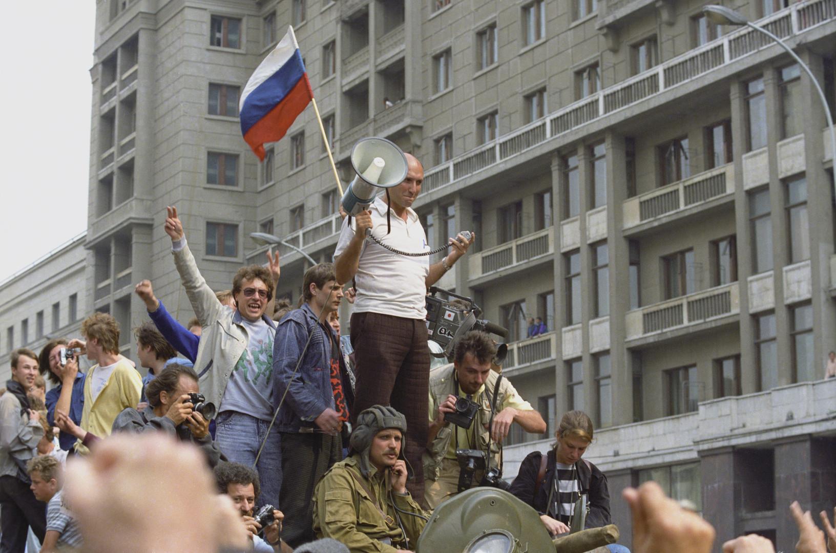 العلم الروسى مع المناهضين لانقلاب 1991