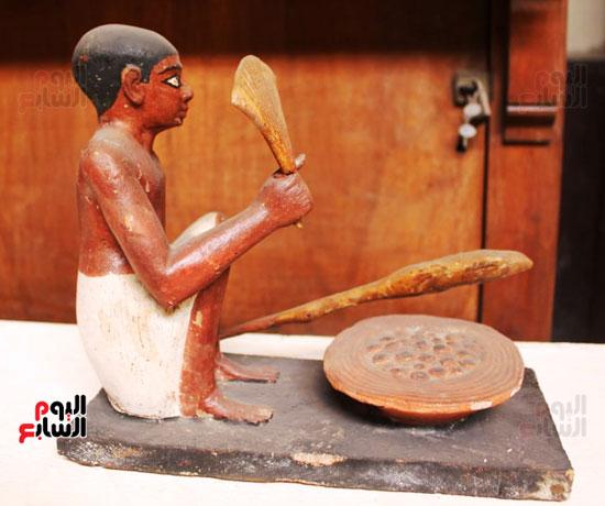 مجموعة من التماثيل المصنوعة من الخشب الملون  (1)
