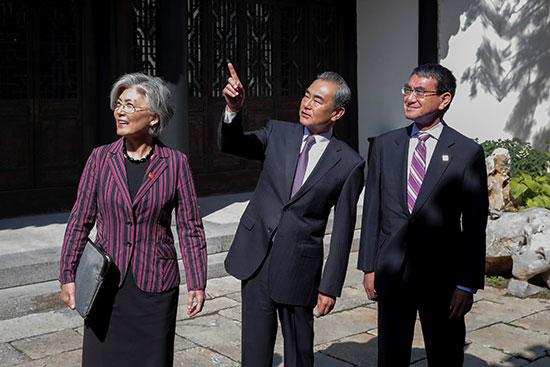 وزاراء خارجية الصين وكوريا الجنوبية واليابان