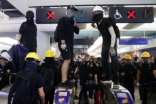 المحتجون فى لونج لونج يتابعون تحركات الامن