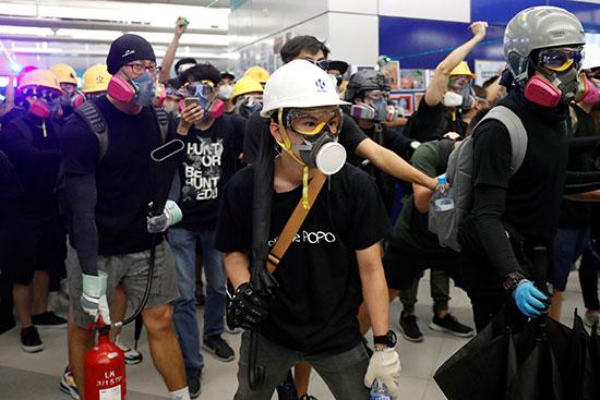 محتجون فى محطة مترو لونج لونج