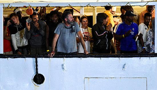 جانب من المهاجرين ومسئولى السفينة