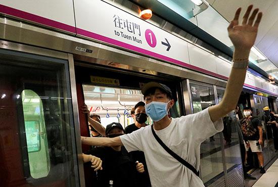 المحتجون داخل عربات المترو