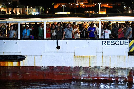 عدد كبير من المهاجرين على متن السفينة