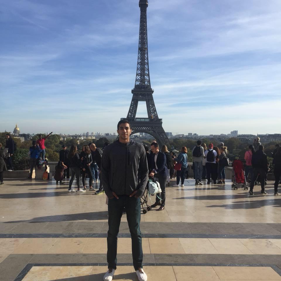 حسن وليد أمام برج  إيفل