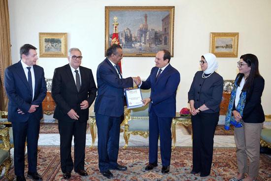 الرئيس-السيسى-يتسلم-تقرير-منظمة-الصحة-العالمية-عن-مبادرة-100-مليون-صحة--(5)