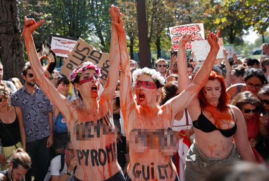 سيدات يتظاهرن بصدور عارية