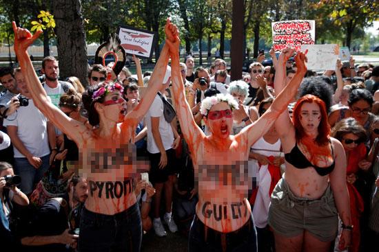 نساء بصدور عارية يتقدمن احتجاجات فى فرنسا