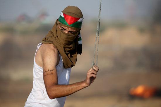 شاب فلسطينى يتحدى الاحتلال