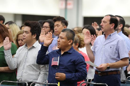 المهاجرون يؤدون القسم