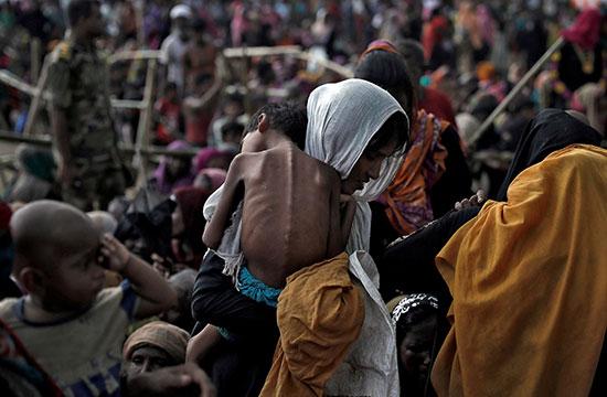 امرأة تحمل طفلها المريض في مخيم للاجئين في كوكس بازار