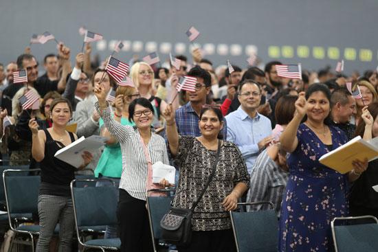 الاف المهاجرين يحصلون على الجنسية الامريكية
