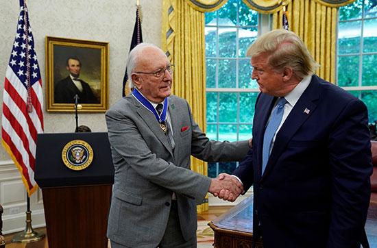 ترامب يقدم وسام الحرية الرئاسي إلى بوب كوزي