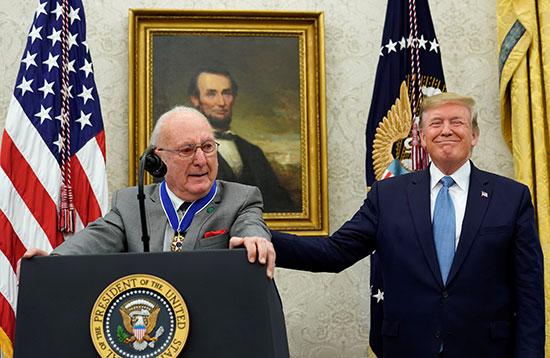 ترامب يمنح ميدالية الحرية الرئاسية لبوب كوزي