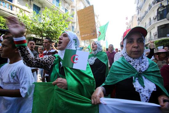 سيدات يشاركن فى الاحتجاجات