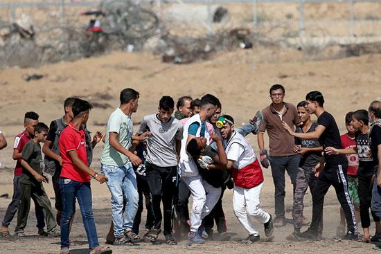 طواقم الاسعاف تحمل شاب فلسطينى