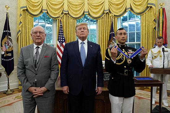 ترامب وكوزى قبل تسليمه الوسام