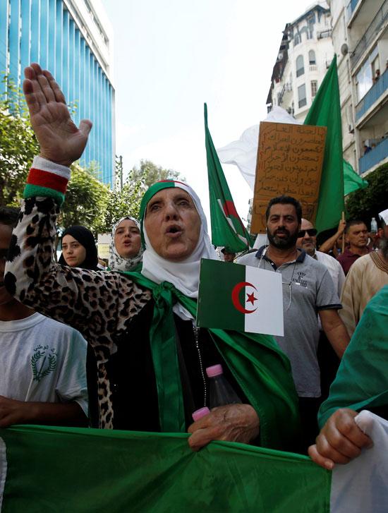 سيدة تشارك فى المظاهرات
