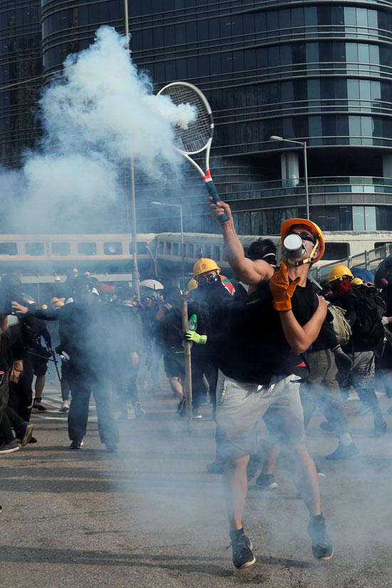 تبادل إطلاق الغاز المسيل بين الشرطة والمحتجين