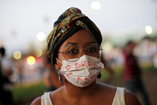 سيدة تشارك فى الاحتجاج