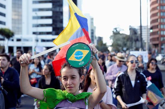 فتاة ترفع العلم البرازيلى خلال الاحتجاج