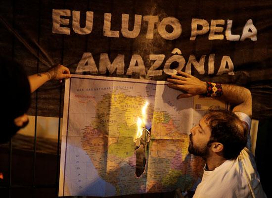 متظاهر يحرق جزء من الخريطة
