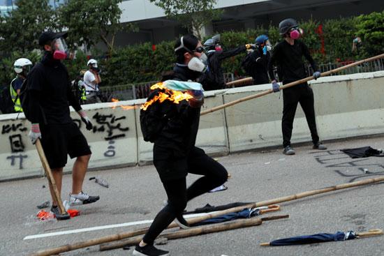 متظاهر يحمل المولوتوف