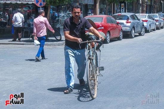 يستخدم الدراجة في التنقل