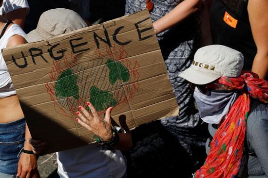نشطاء فى مجال البيئة يتظاهرون