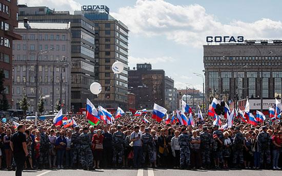 الالاف يرفعون علم روسيا خلال مسيرات الاحتفال