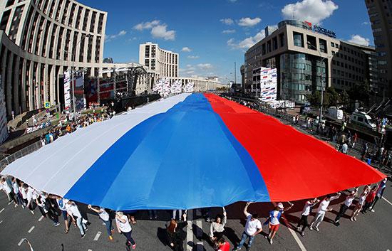 أكبر علم روسى خلال مسيرة الاحتفال